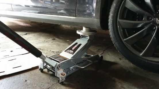 Вывешиваем передние колеса для частичной замены масла ГУР Хундая икс35